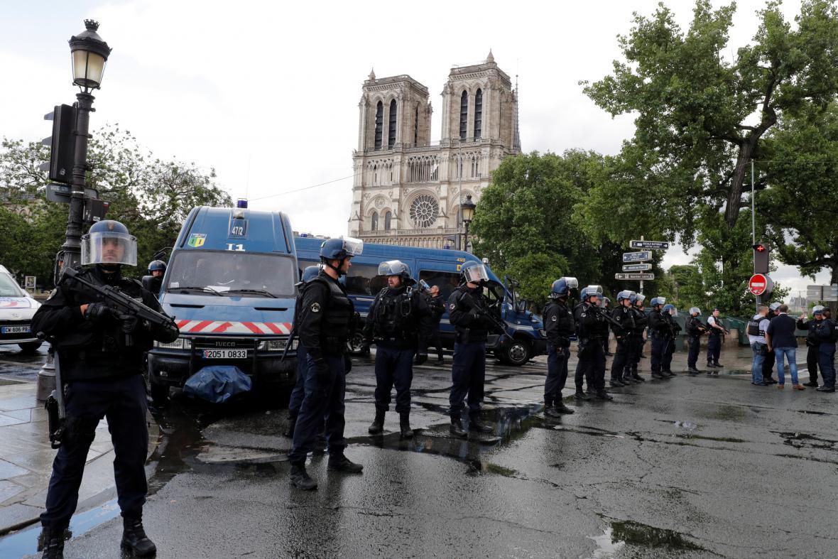 Policisté celé prostranství před katedrálou uzavřeli