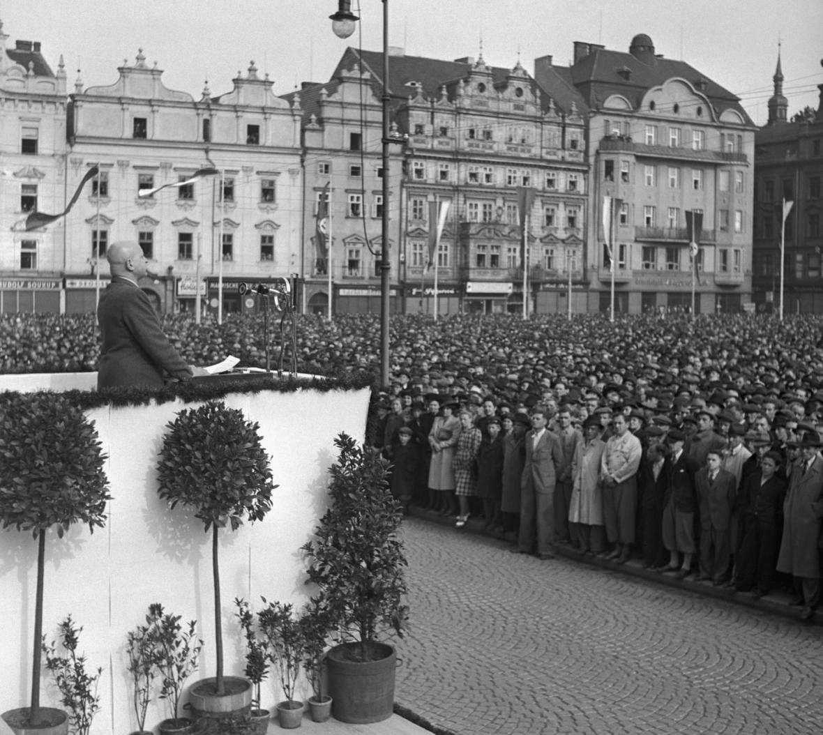 Emanuel Moravec na manifestaci v Plzni