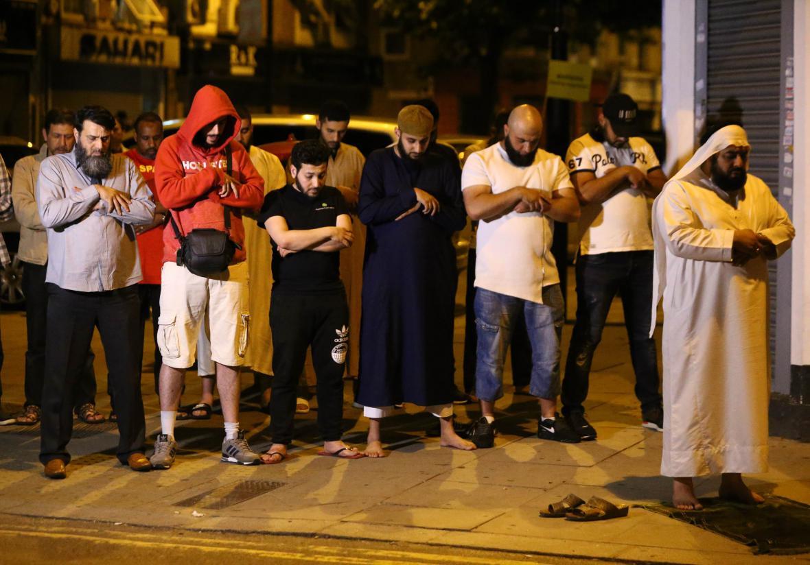 Modlící se muslimové po útoku ve FinsburyPark