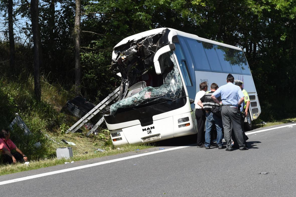 Havarovaný autobus U Litovle na Olomoucku