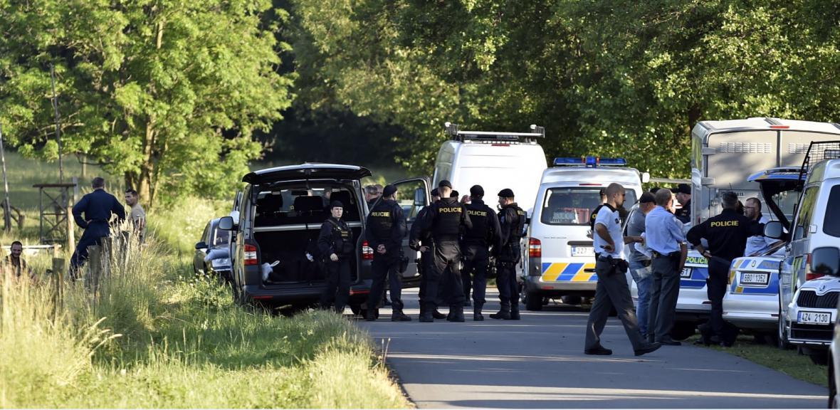 Policisté pátrají po lupičích v lesích na Zlínsku