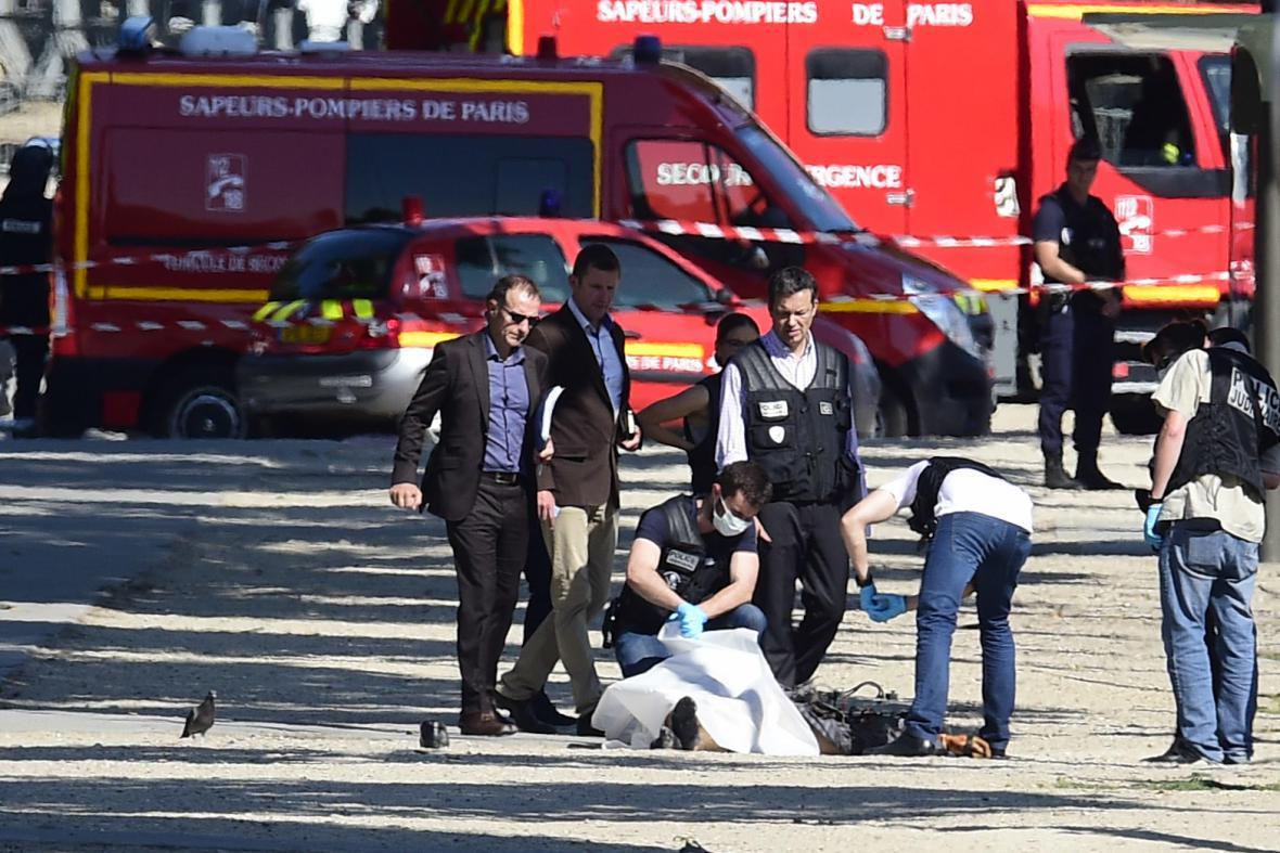 Vyšetřovatelé u těla útočníka z Champs--Élysées