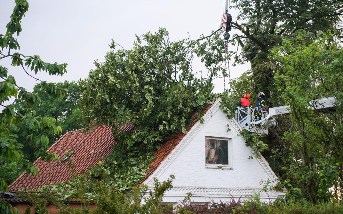 Hasiči odstraňují škody napáchané bouřkou v německé obci Havighorst