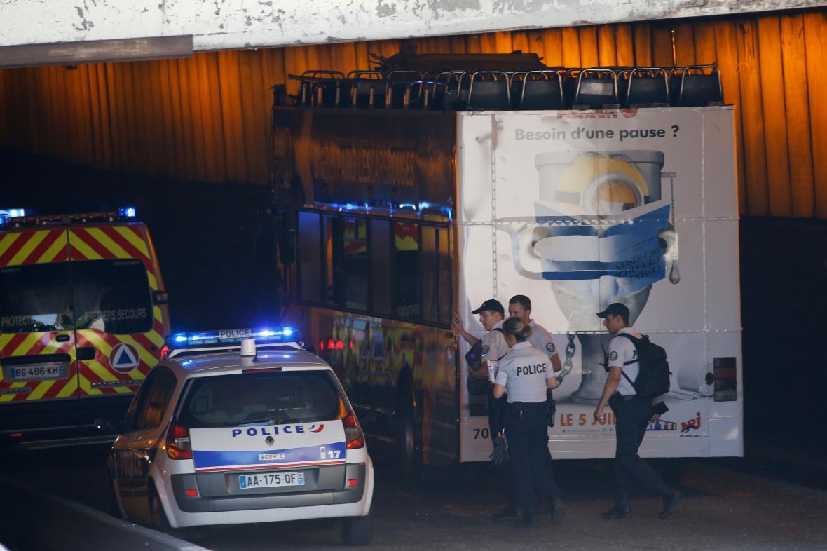 Policisté vyšetřují havárii pod mostem Alexandra III.