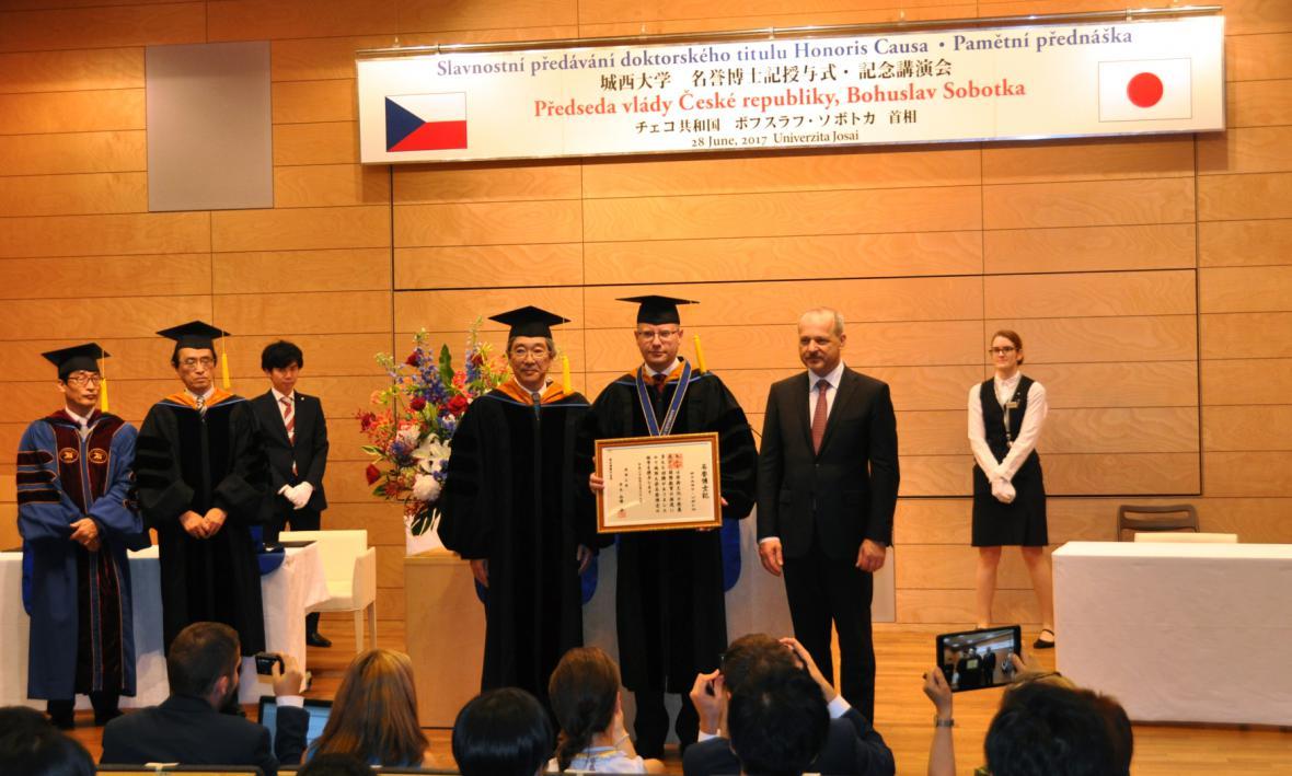 Čestný doktorát pro Bohuslava Sobotku na tokijské univerzitě Džósai