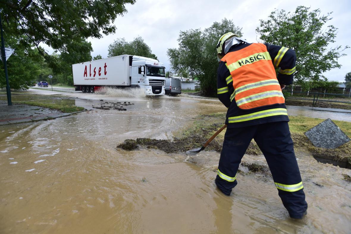 Silné deště na mnoha místech zaplavily silnice