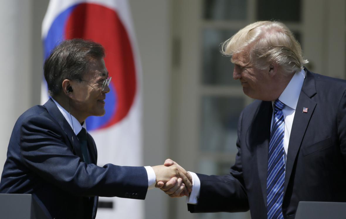 Americký prezident přivítal v Bílém domě jihokorejského prezidenta Mun Če-ina