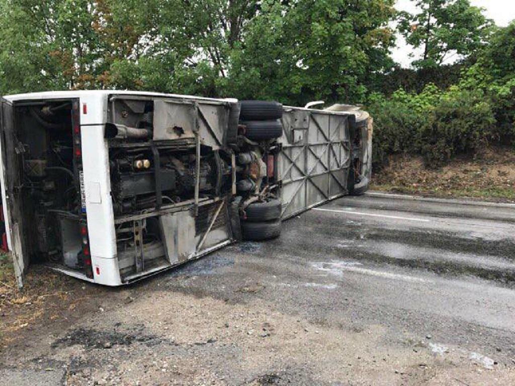 Převrácený autobus u slovenské obce Bučany nedaleko Trnavy