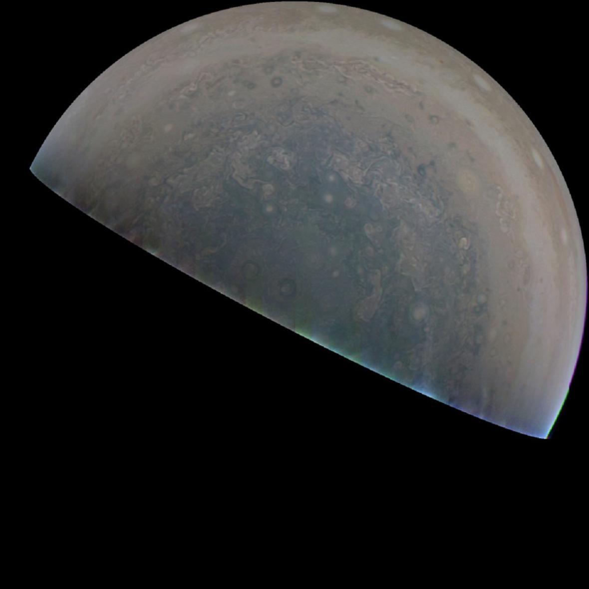 Neupravené snímky Velké rudé skvrny ze sondy Juno