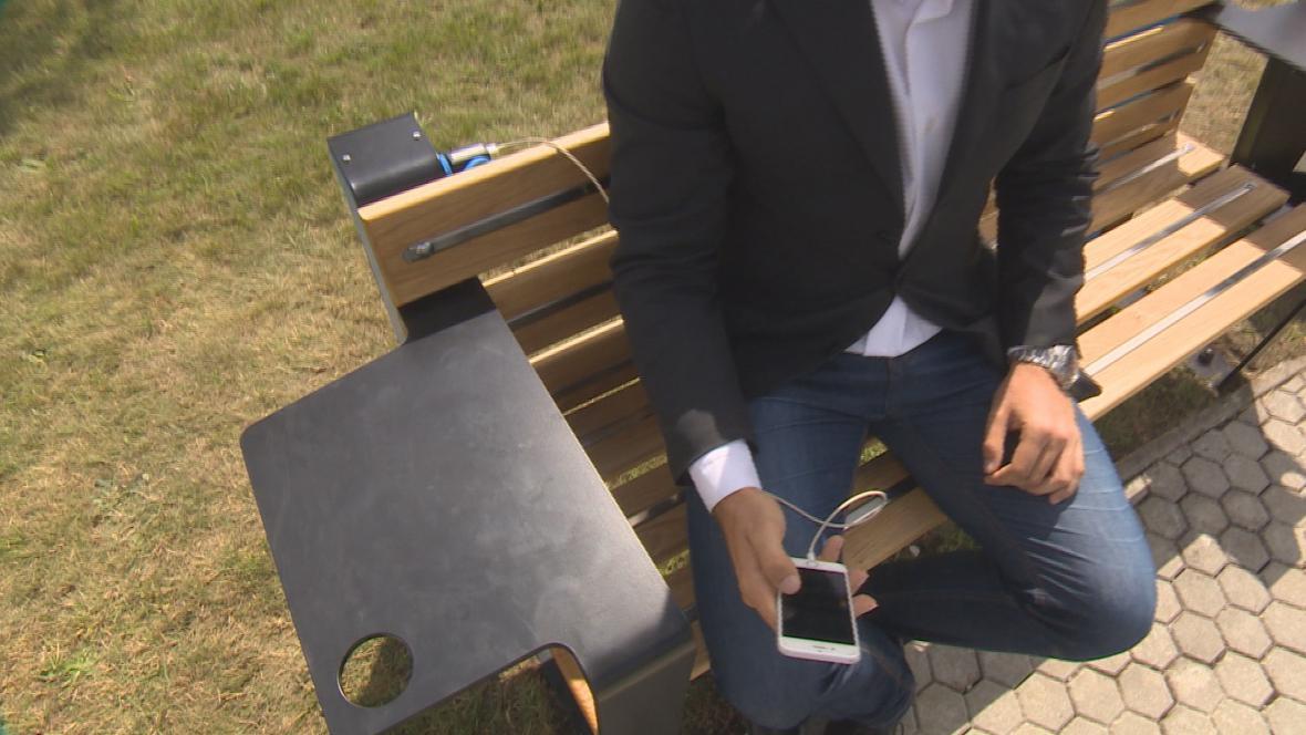 Chytré lavičky v plzeňském univerzitním kampusu