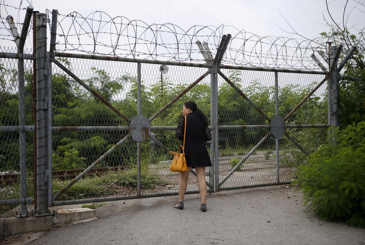 Turistka u demilitarizované zóny mezi Jižní Koreou a KLDR