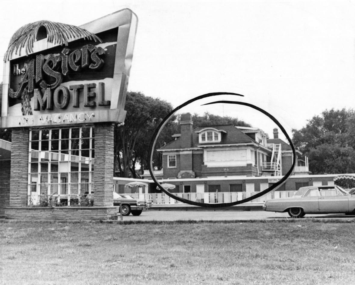 Po rasových nepokojích v Detroitu v červenci 1967 zůstaly v některých čtvrtích z obytných domů pouze vypálené ruiny.