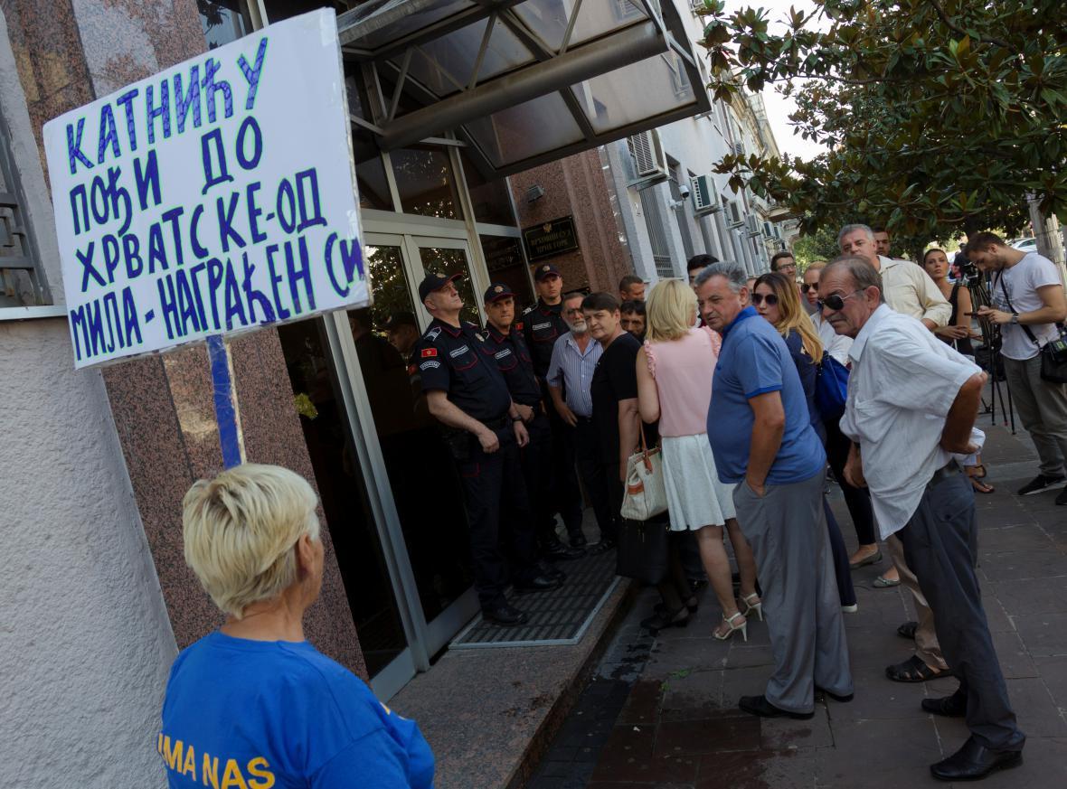 Policisté, novináři a příznivci obžalovaných před soudem v Podgorici