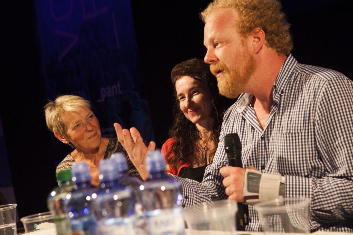 Ekonom Tomáš Sedláček a velvyslankyně Velké Británie v Česku Jan Thompsonová (uprostřed) během debaty na Colours of Ostrava 2017