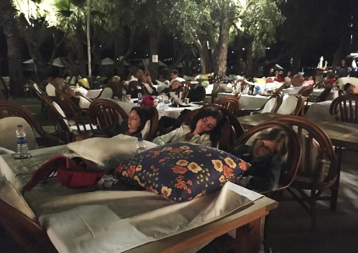 Turisté nedaleko tureckého města Bodrum strávili noc před hotelem