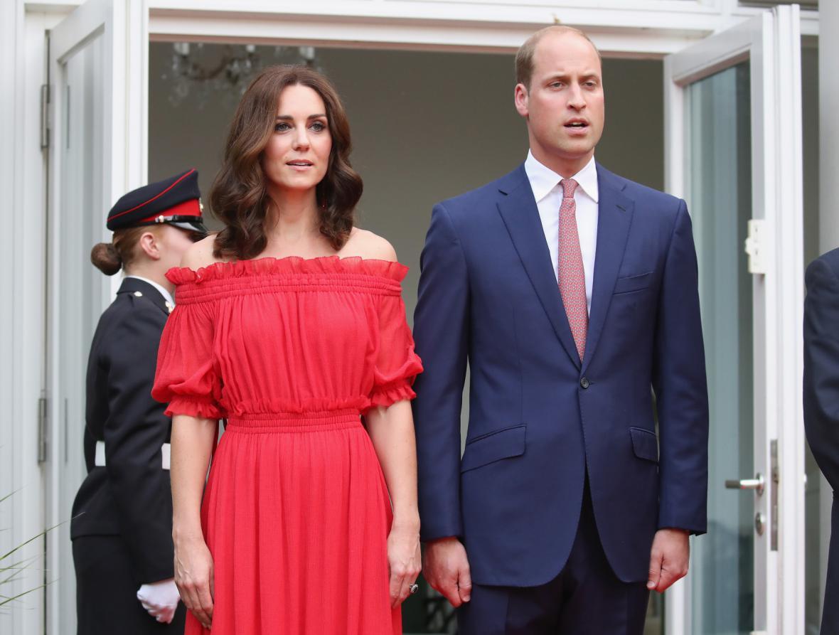 Vévoda s vévodkyní z Cambridge s princeznou Charlotte a princem Georgem po příletu na mezinárodní letiště Frédérica Chopina ve Varšavě první den jejich pětidenní cesty po Polsku a Německu.