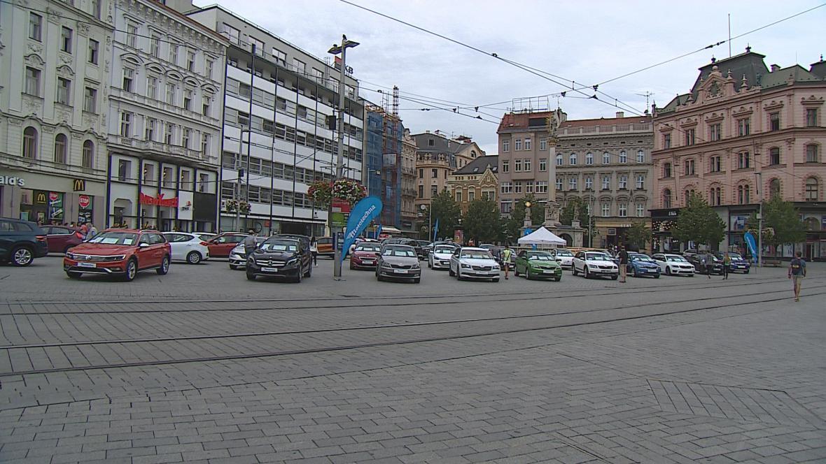 Náměstí Svobody zaplnila prodejní výstava aut