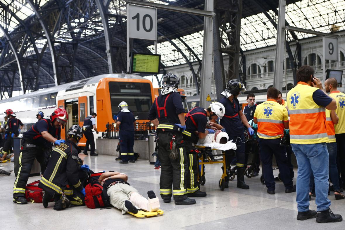 Záchranáři ošetřují zraněné v Barceloně