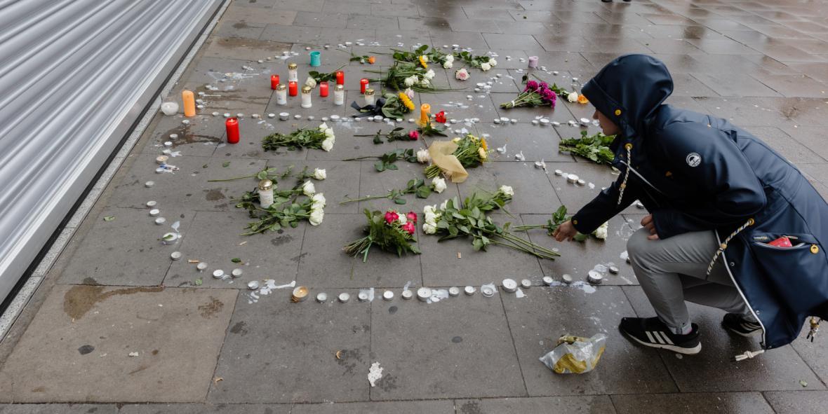 Pietní místo před obchodem v Hamburku, kde zaútočil muž s nožem