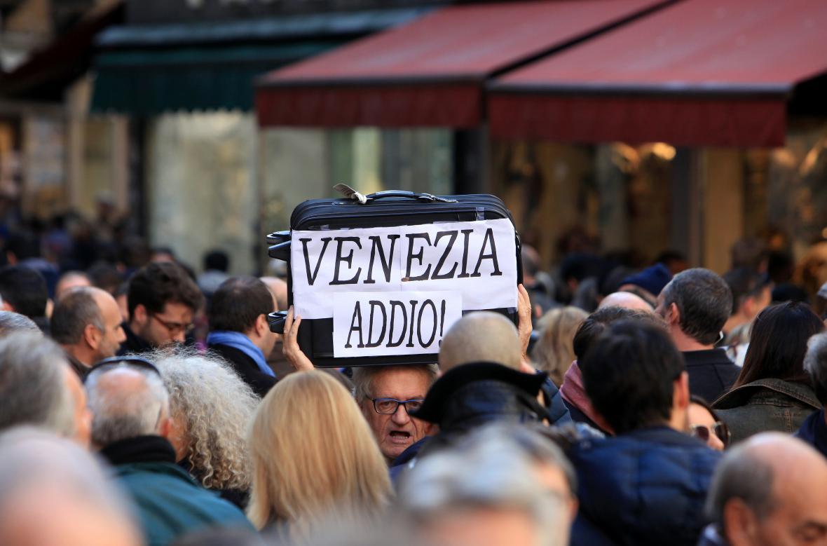 Benátčan při demonstraci za omezení turismu