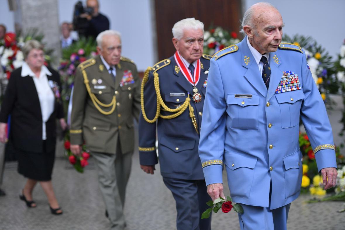 Váleční letci Pavel Vranský (vpravo) a Emil Boček (za ním)