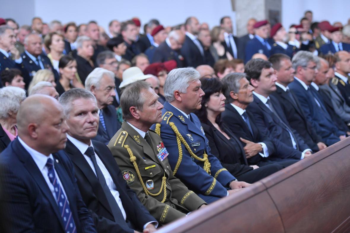 Jiří Šedivý (třetí zleva) a prezident Asociace obranného a bezpečnostního průmyslu ČR Jiří Hynek (druhý zleva)