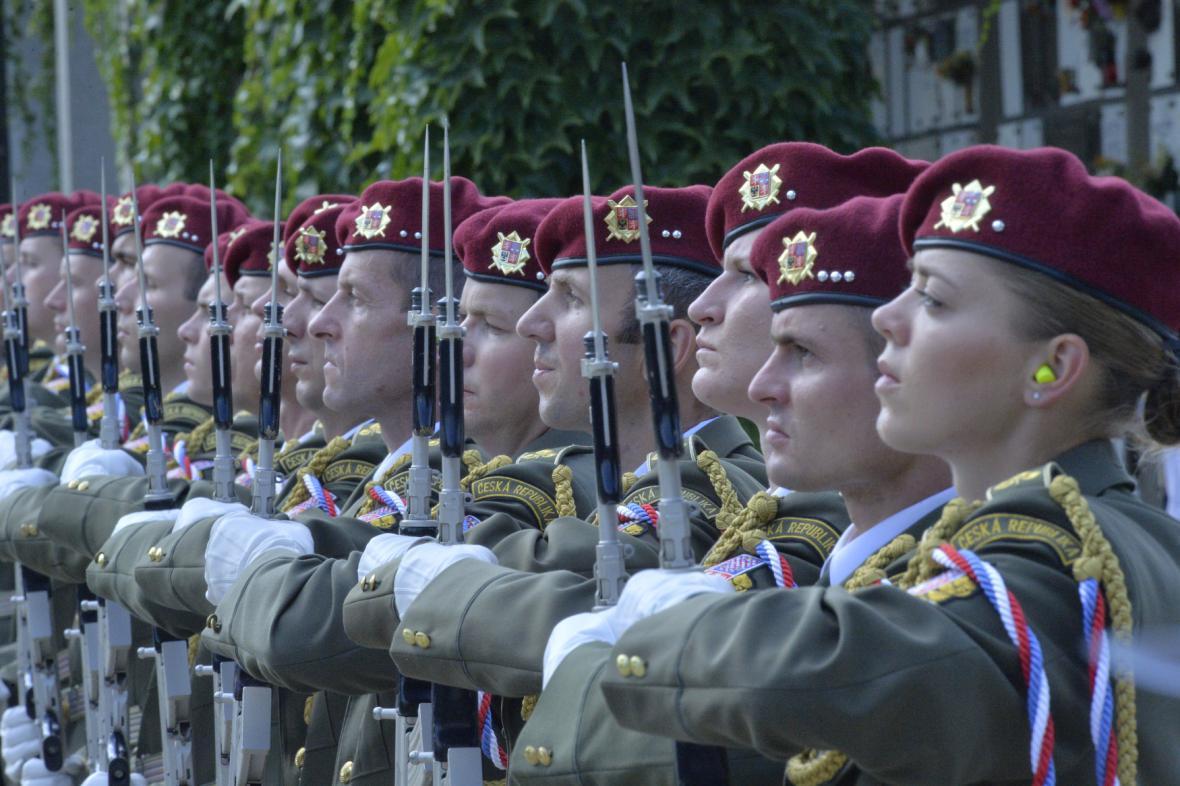 Čestná stráž výsadkářů Armády ČR