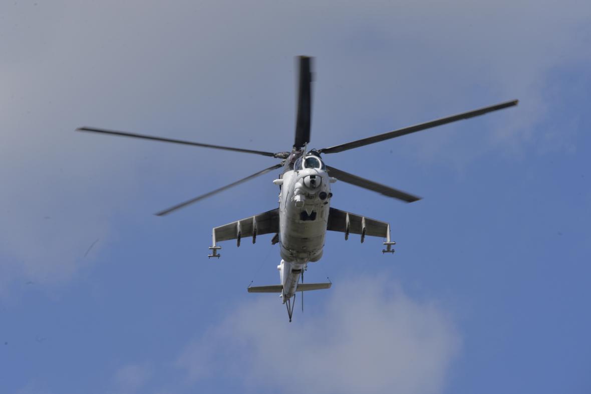 Nad strašnickým krematoriem před začátkem obřadu přeletěly bitevní vrtulníky Armády ČR