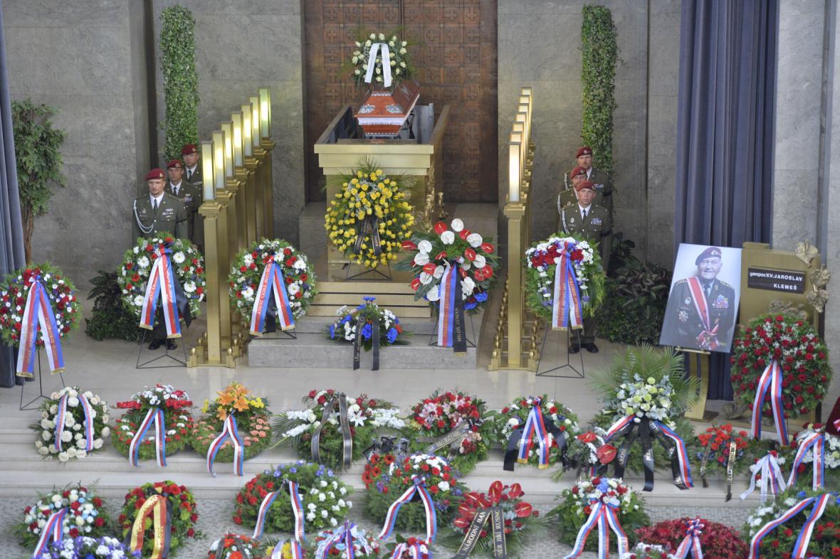 S vojenskými poctami byl pohřben válečný hrdina a veterán Jaroslav Klemeš