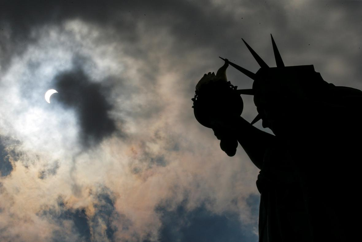 Nad New Yorkem bylo vidět jen částečné zatmění