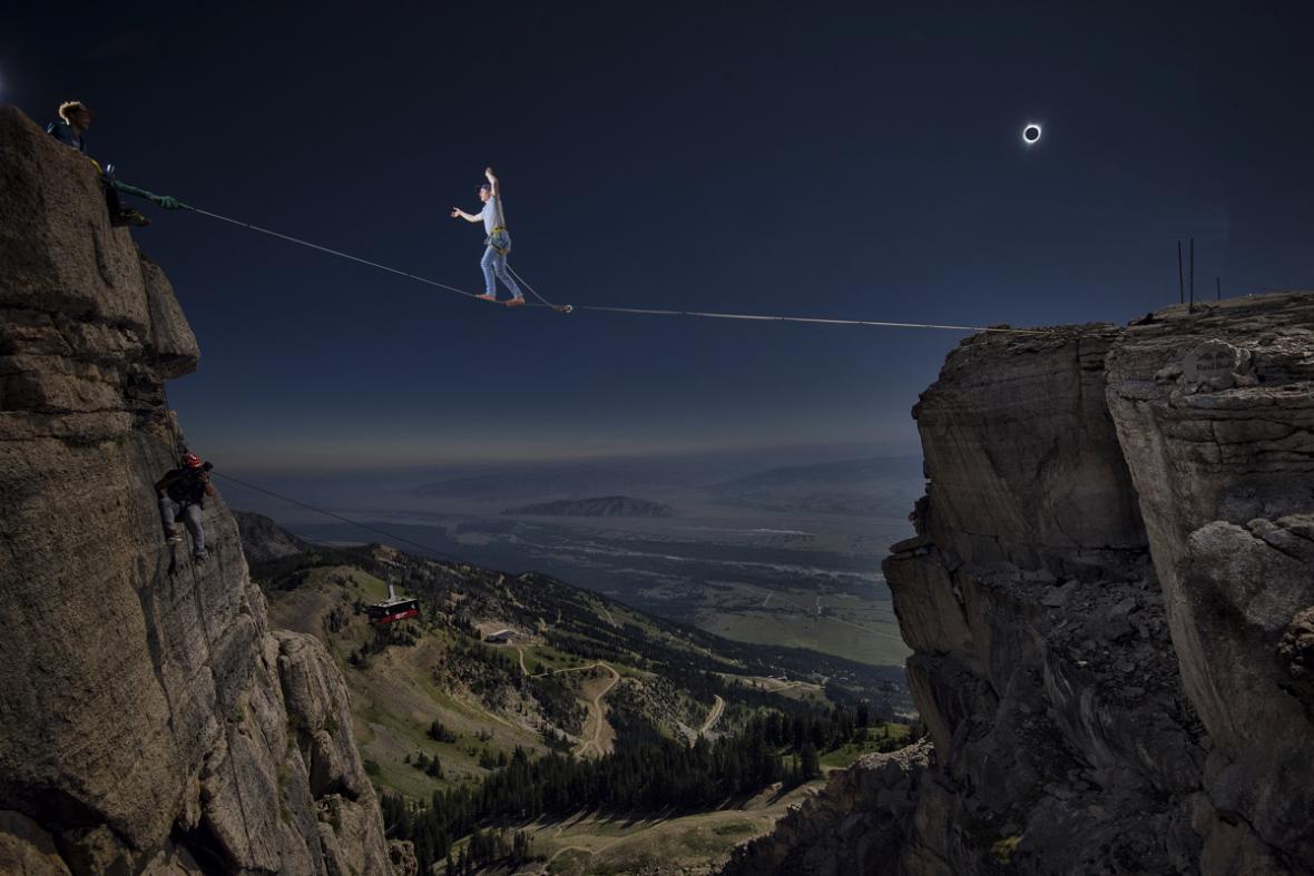 Akrobatický přechod provazu při úplném zatmění Slunce