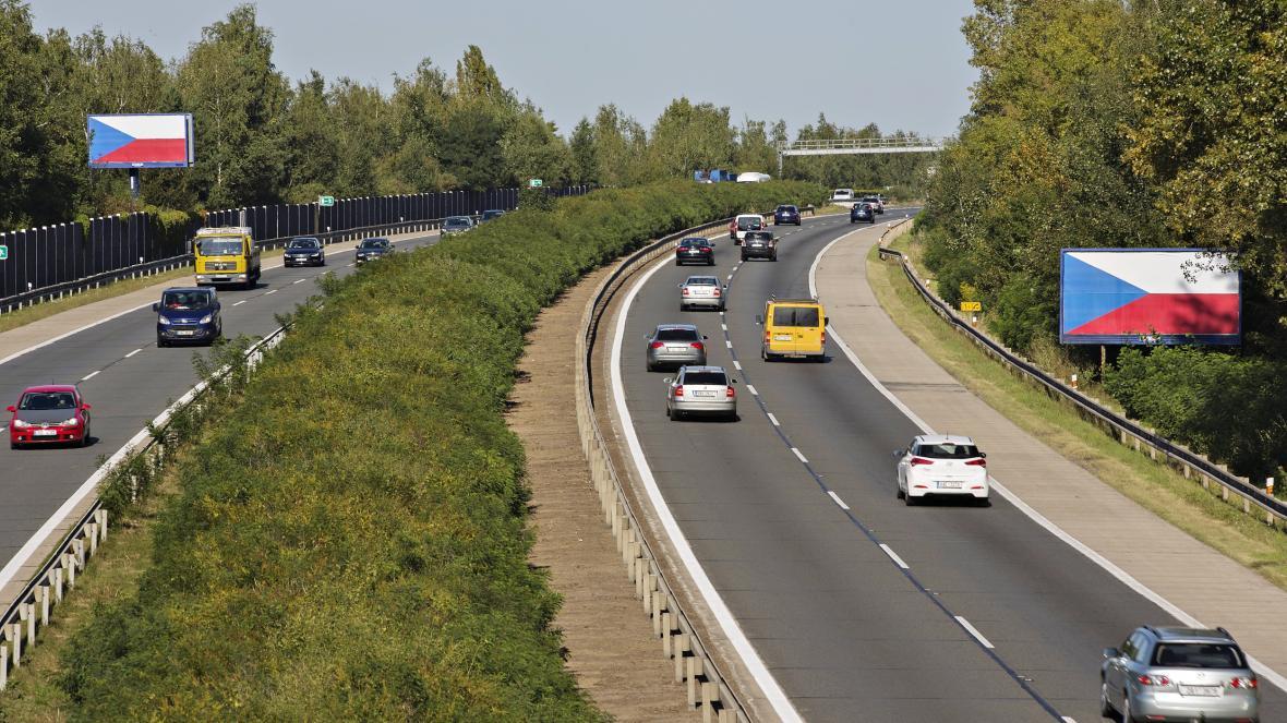 Majitelé billboardů oblepili reklamní plochy u českých dálnic vlajkami