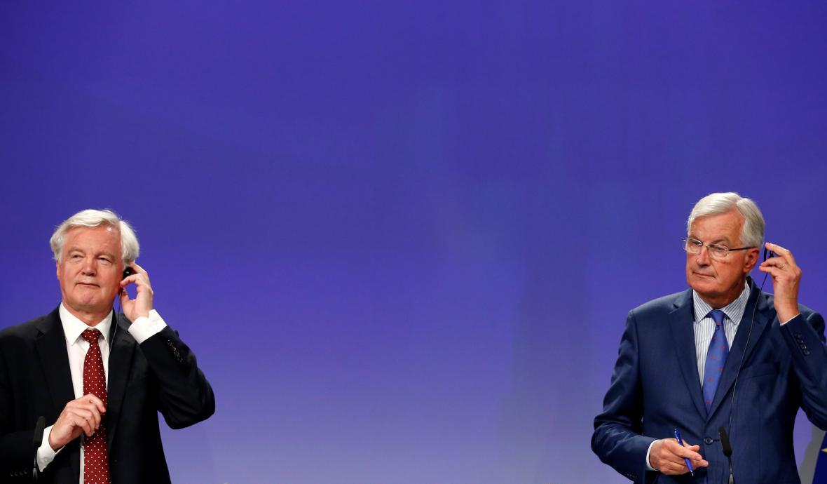 Britský vyjednavač David Davis (vlevo) se svým evropským protějškem Michelem Barnierem