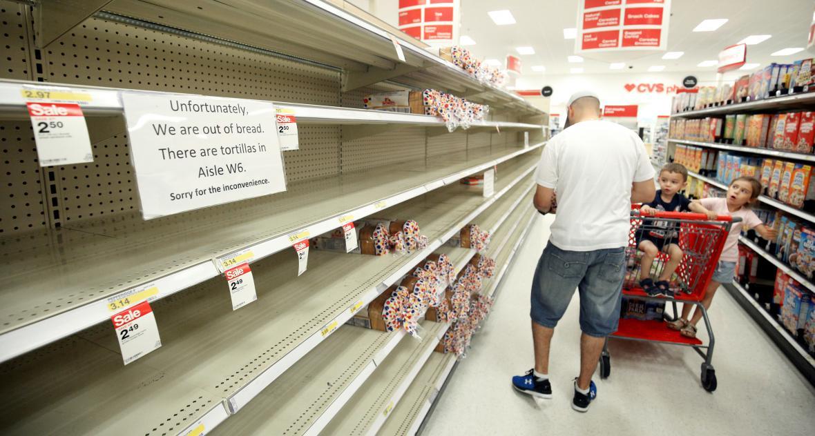 Lidé hromadně skupovali hlavně základní potraviny