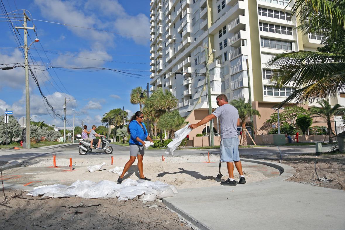 Lidé v Miami Beach staví zábrany z pytlů s pískem