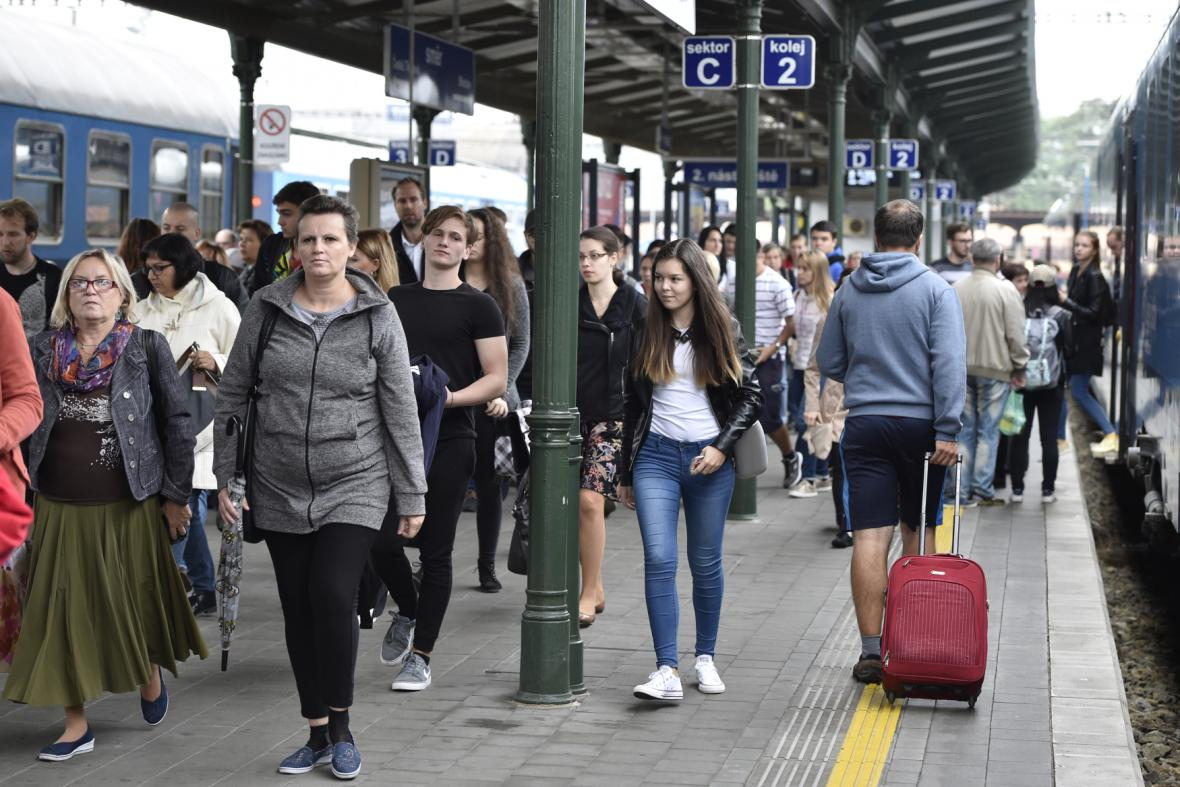 Cestující na hlavním nádraží v Brně