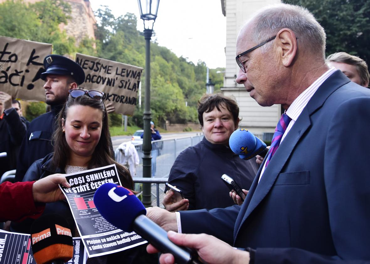 Ministr financí Ivan Pilný (ANO) s demonstrujícími vysokoškoláky