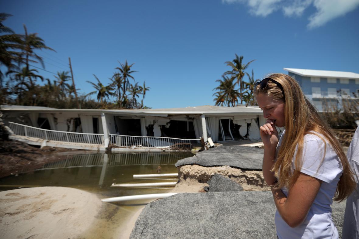 Obyvatelka v Islamorada Key prohlíží dům zničený hurikánem Irma