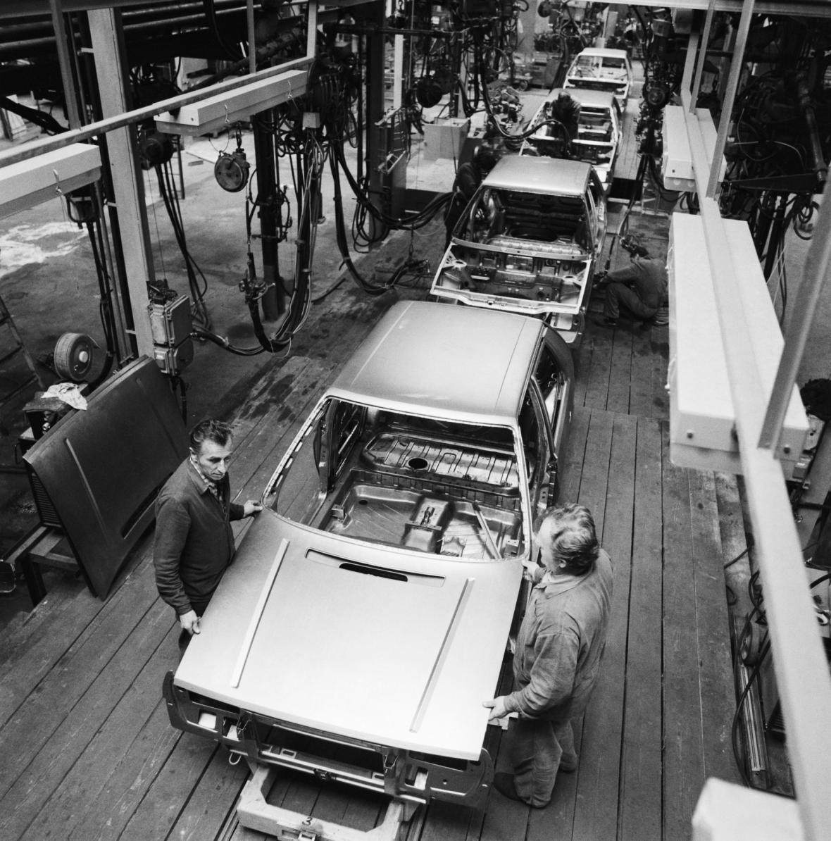 Dobový text*** Ve vrchlabské továrně AZNP Mladá Boleslav zahájili výrobu nového vozu Škoda Favorit 781.