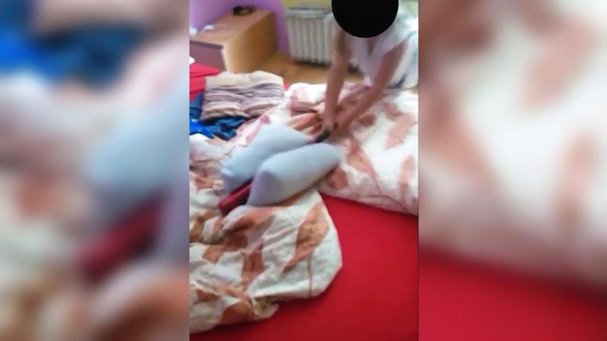 Policie obvinila muže z nabádání dcery k rasismu