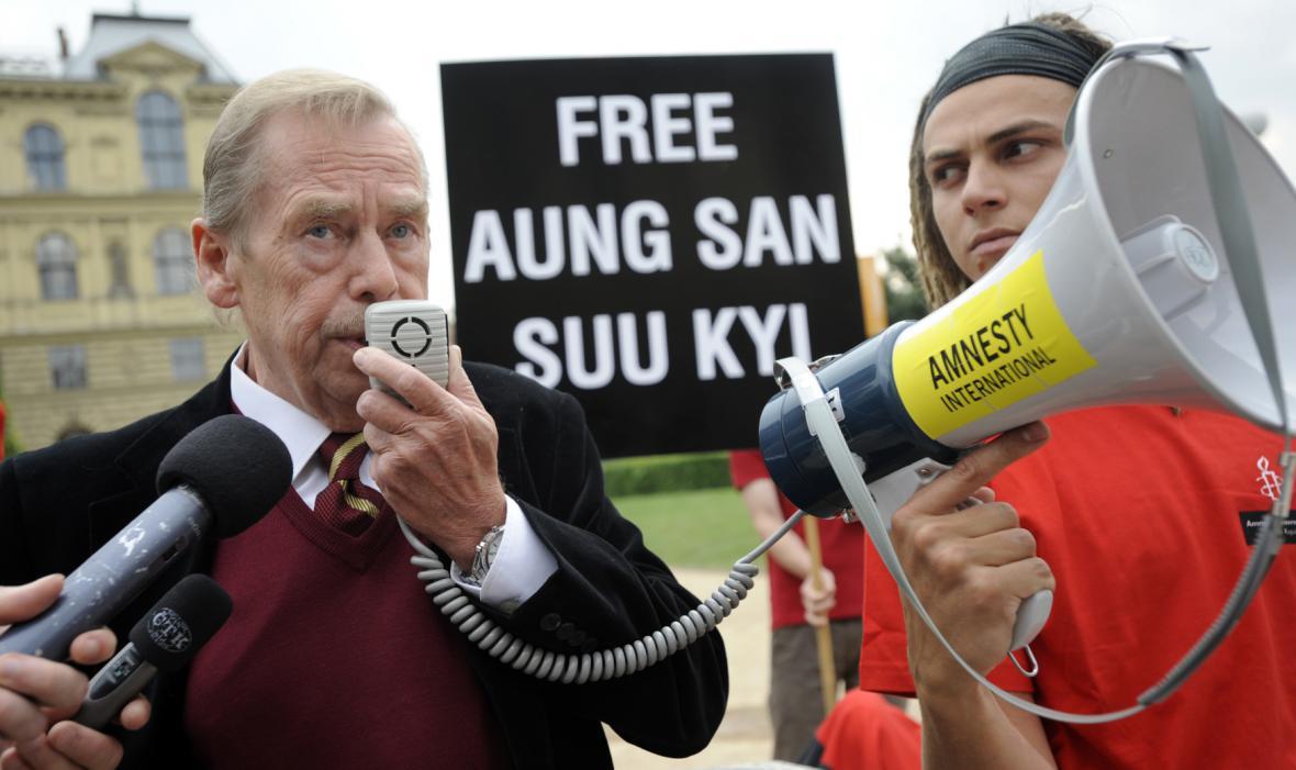 Happening při příležitosti 63. narozenin Aun Schan Su Ťij, který uspořádala 18. června 2008 v Praze společnost Člověk a Barmské centrum Praha. Zúčastnil se i Václav Havel
