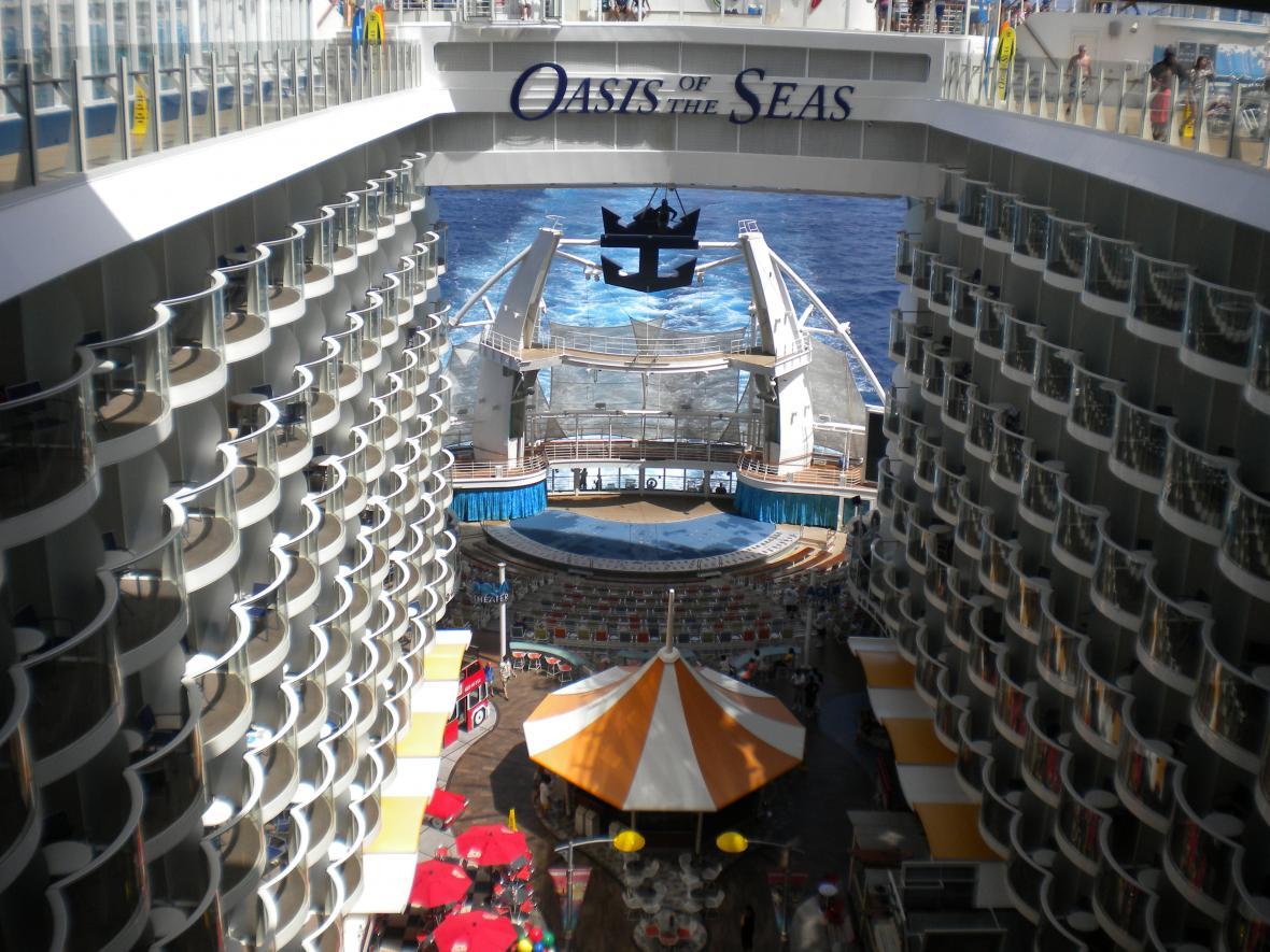 Před 50 lety, 20. září 1967, byl poprvé spuštěn na vodu luxusní zaoceánský parník Queen Elizabeth 2 (QE2).