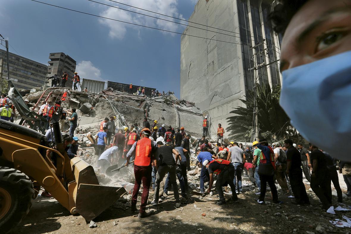 Mexiko se vypořádává s následky úterního zemětřesení, které si vyžádalo stovky obětí na životech.