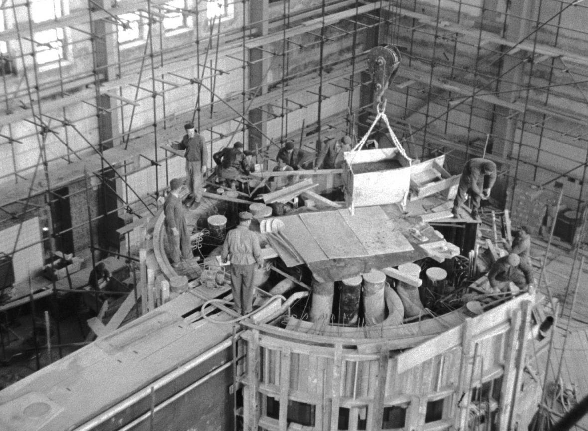 Historické fotografie Ústavu jaderné fyziky v Řeži