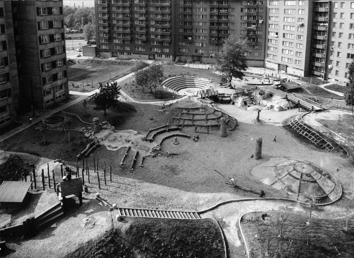 Nově zrekonstruované dětské hřiště Kaštánek v ulici Nad Královskou oborou na okraji Stromovky.