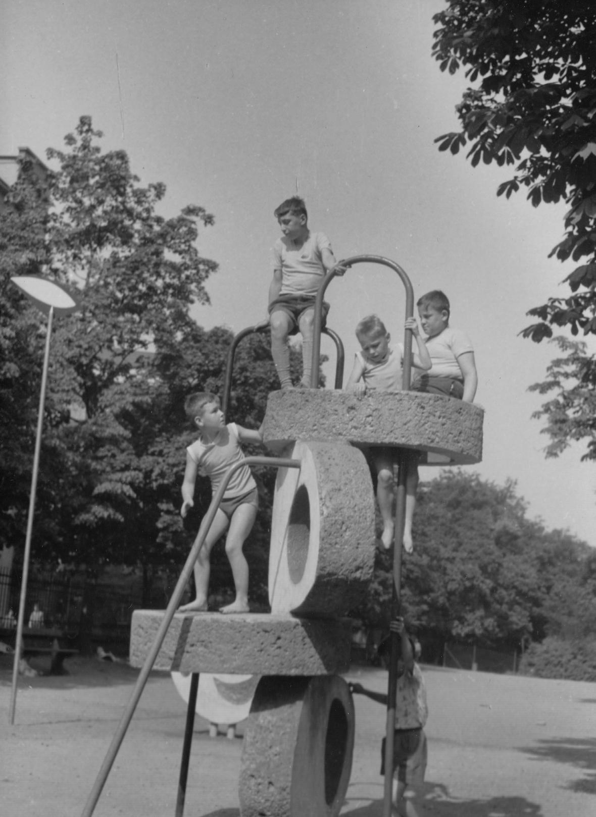 Prolézací věž na dětském hřišti ve Stromovce (1961)