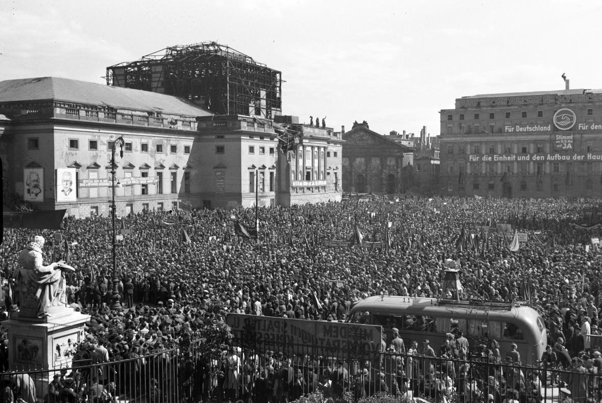 Berlínská opera s rozestavěnou střechou v roce 1949. Před ní probíhají protesty během voleb