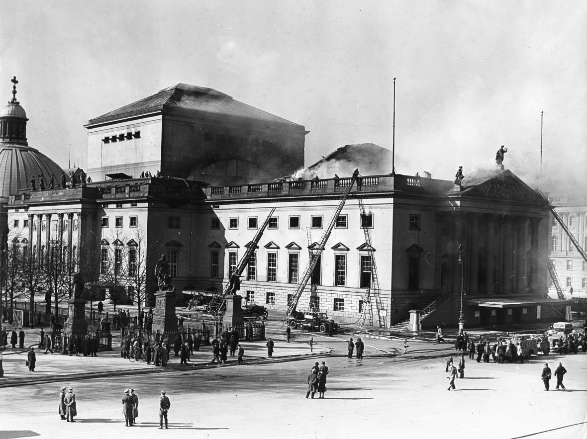 Hašení berlínské opery po britském bombardování v roce 1941