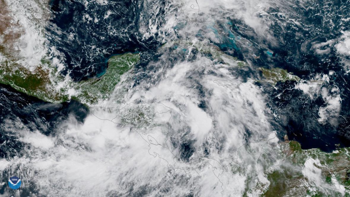 Hurikán Nate zeslábl na tropickou bouři