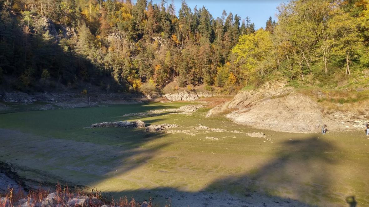 Odkryté základy zatopené vesnice